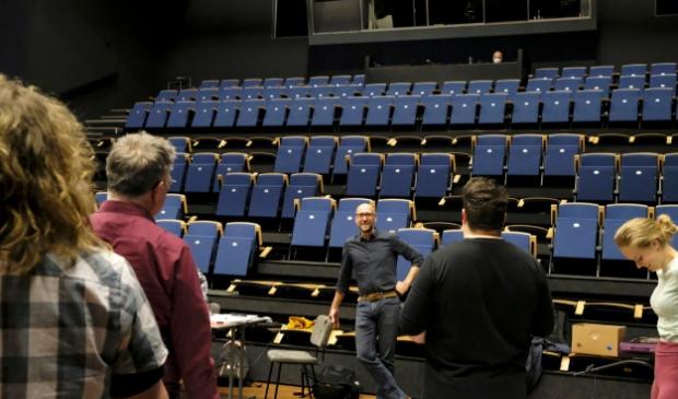 <p>Maarten Elout (regisseur) voor de spelersgroep.&nbsp;</p>