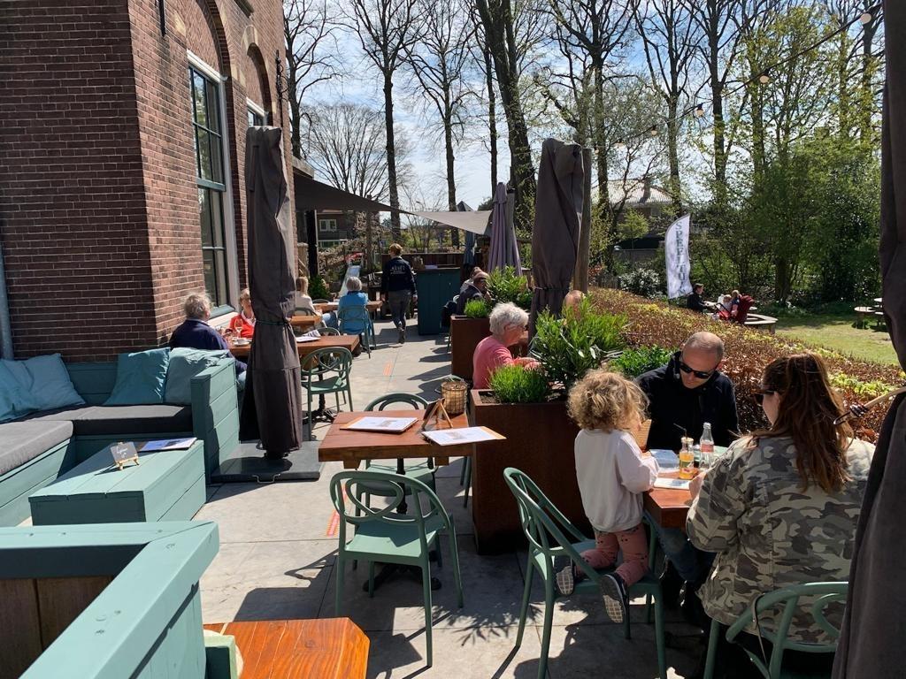 <p>Even na twaalven namen de eerste gasten plaats op het terras van De Smaeckkamer in Beverwijk,</p> ((Foto: Leo Tillmans)) © rodi