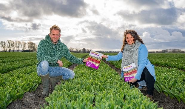 <p>Boer Tom neemt Alkmaar Prachtstad-Lentemagazine in ontvangst.</p>