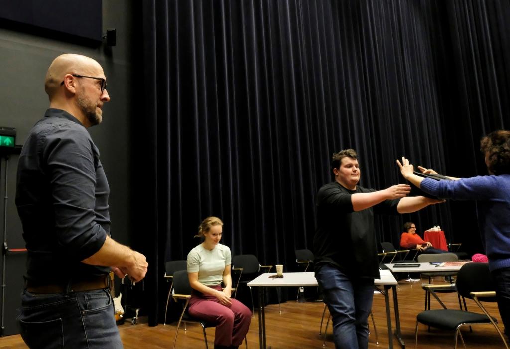 <p>Maarten Elout (regisseur), Britt Scheltens (Tet ten Brink), Lars Belleman (Fritz Conijn) en Linda van Pesch (Valentine Conijn) </p> (Foto: LOTTE VAN AKKEREN) © rodi