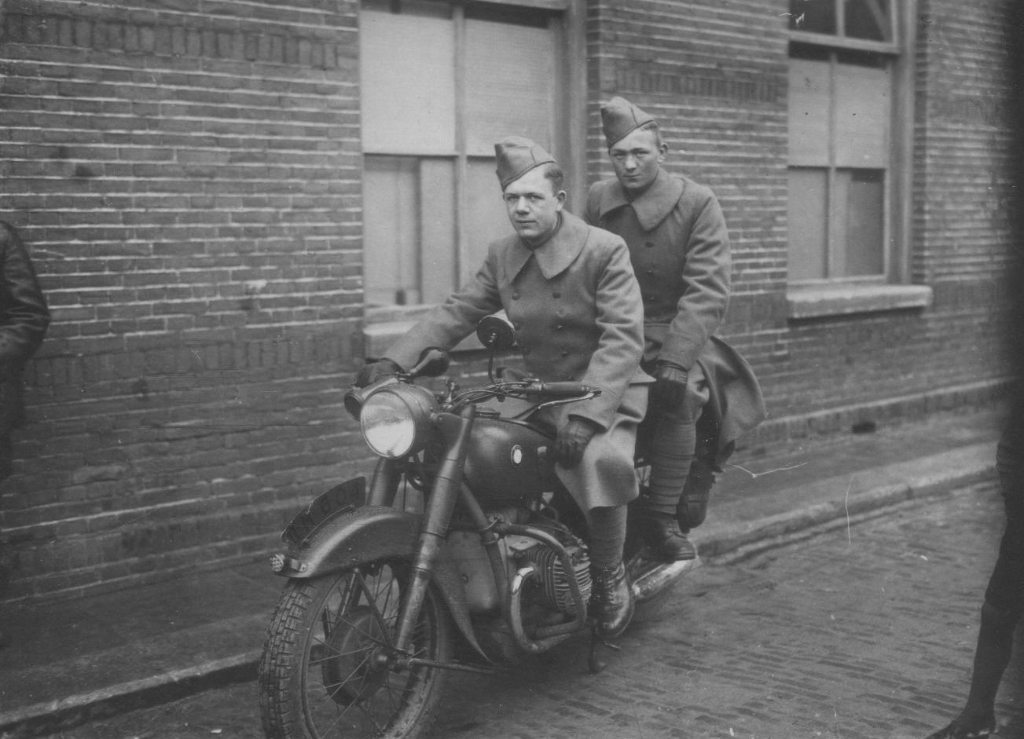 Gerrit Dekkers als soldaat in 1940 in Bagijnhof in Medemblik. (Foto: aangeleverd) © rodi