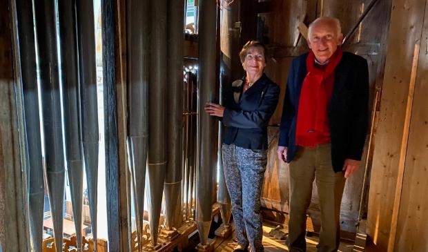 <p>Tineke van der Linden en Richard Lijnsvelt staan achter het orgelfront van de Westerkerk, in het orgelgedeelte dat opgevuld moet worden met nieuwe orgelpijpen.</p>