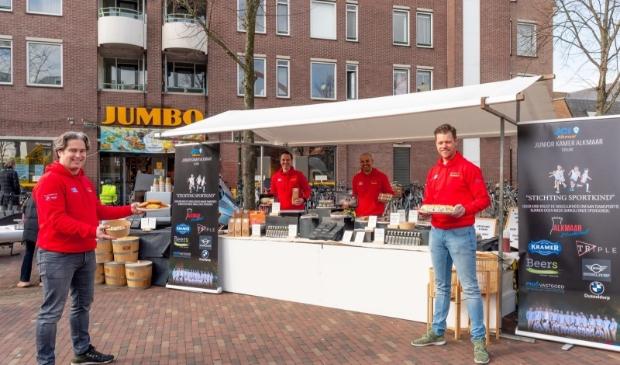 <p>De mannen van van serviceclub JCI Alkmaar (Juniorkamer Alkmaar) staan al vier weken met eigen kraampje op de Paardenmarkt. </p>