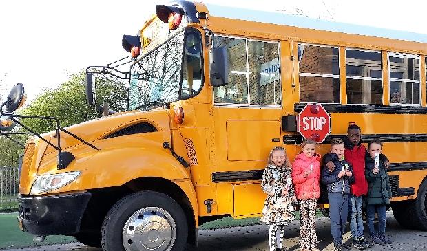 <p>Leerlingen van groep 3 brengen een bezoekje aan de Poetsbus op het plein van Otterkolken. </p>
