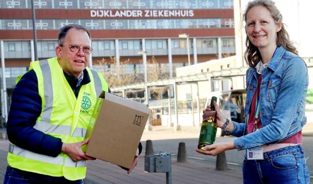 <p>Christel Kerssens van het Dijklander Ziekenhuis in Hoorn kreeg het eerste flesje uit handen van Rotarian Kees Oudewortel.&nbsp;</p>