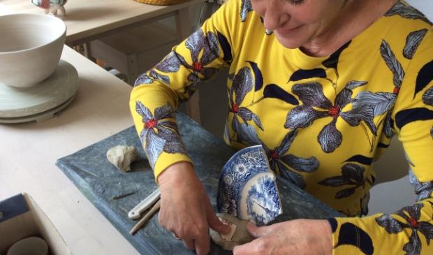 <p>Paulien Hakkert aan het werk in haar atelier.</p>