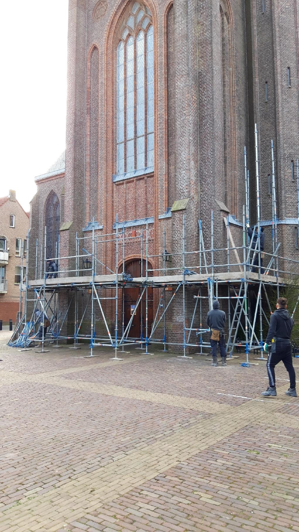 <p>De steigers zijn inmiddels geplaatst voor de Christoforuskerk.</p> (Foto: Co Wiskerke) © rodi