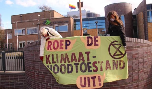 <p>Bezorgde burgers hangen een spandoek uit bij het gemeentehuis van Castricum.</p>