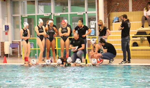 <p>Trainer/coach Arjan Vos instrueert zijn ploeg.</p>
