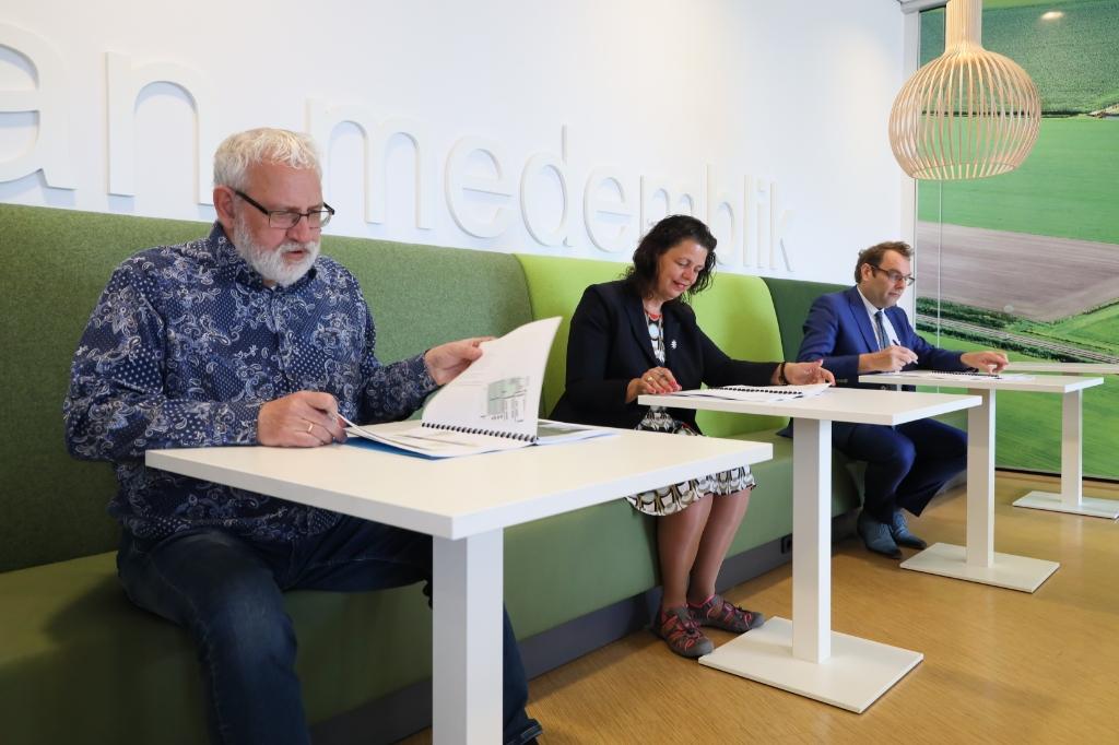 <p>Het tekenen van de intentieovereenkomst.</p> <p>(Foto: gemeente Medemblik)</p> © rodi