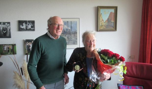 <p>Karla Nijdeken-Brits (rechts) krijgt de Dreespenning vanwege &#39;65 jaar lid van de PvdA&#39;.</p>