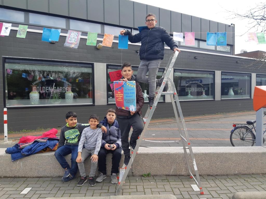 <p>De eerste tweehonderd vlaggetjes zijn opgehangen. Helemaal bovenaan staat Rakan.</p>