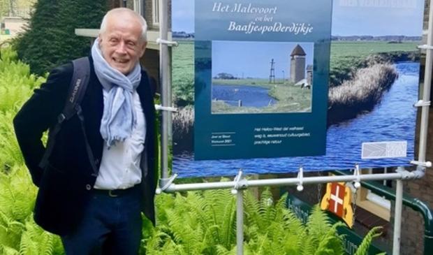 <p>Een trotse Jaap de Graaf bij de poster van zijn boek &lsquo;Het Malevoort en het Baafjespolderdijkje&rsquo;. </p>