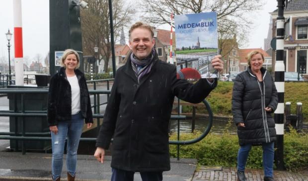 <p>Wethouder Nederpelt toont de brochure.</p>