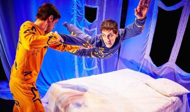 In de magische voorstelling 'Dekbed' is dans soms acrobatisch.