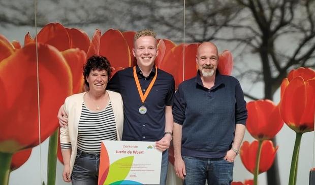 <p>Een trotse Justin de Weert, te midden van zijn al even trotse ouders Mandy en Peter.</p><p>Justin is matchgroeplid van de Hollands Kroonse Uitdaging.&nbsp;</p>