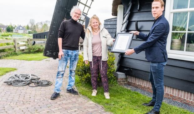 """<p pstyle=""""PLAT"""">Uitreiking certificaat aan de molenaar Rob Basten en Suzanne Jong van de Twuijvermolen door wethouder Nils Langedijk van gemeente Langedijk.</p>"""