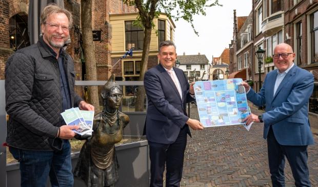 <p>Ger Welbers en Hans van de Leygraaf overhandigen de eerste speurtocht voor volwassenen aan burgemeester Emile Roemer.</p>