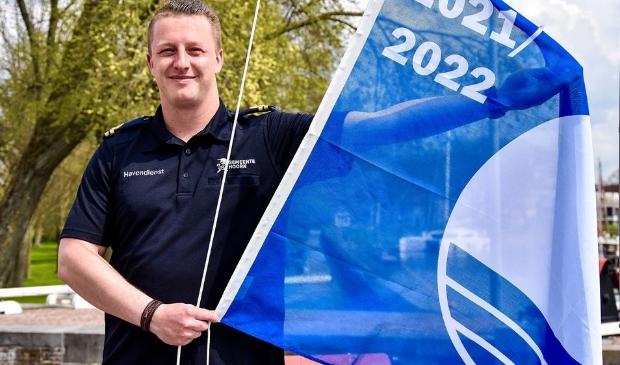 <p>Havenmeester Mats met de blauwe vlag<br><br></p>