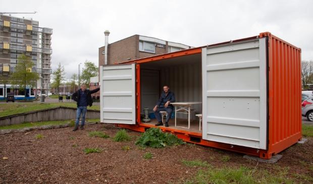 """<p pstyle=""""PLAT"""">Martin ten Brinke (Stadsboerderij Osdorp) en Ruben Abels (Stichting Design Arbeid) bij de container,&nbsp;</p>"""