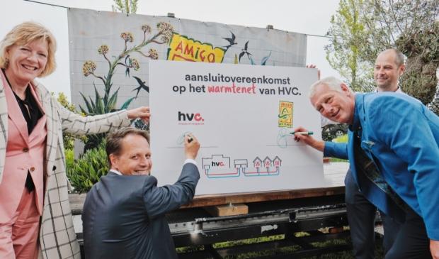 Wethouder Monique Stam, Gerard van Langen (directeur Amigo Plant), Arjan ten Elshof (directeur Duurzame Energie HVC).