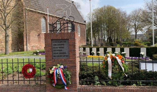<p>Kransen van de ambassade van Groot-Brittanni&euml;, gemeente Heemskerk en de stichting Herdenking 4 en 5 mei Heemskerk (vlnr).</p>