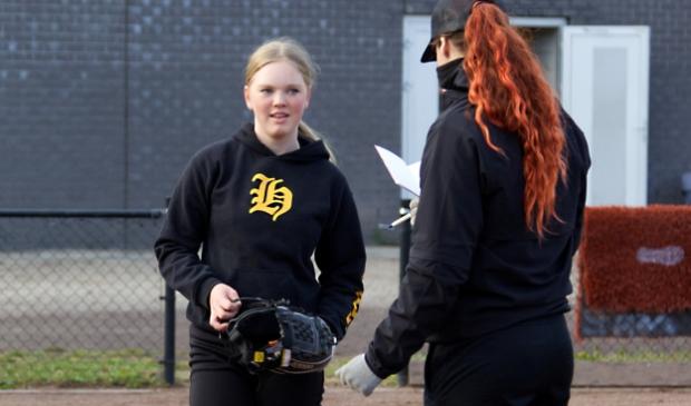 <p>Toppitcher Eva Voortman (op de rug gezien) helpt de Herons-talenten op weg.</p>