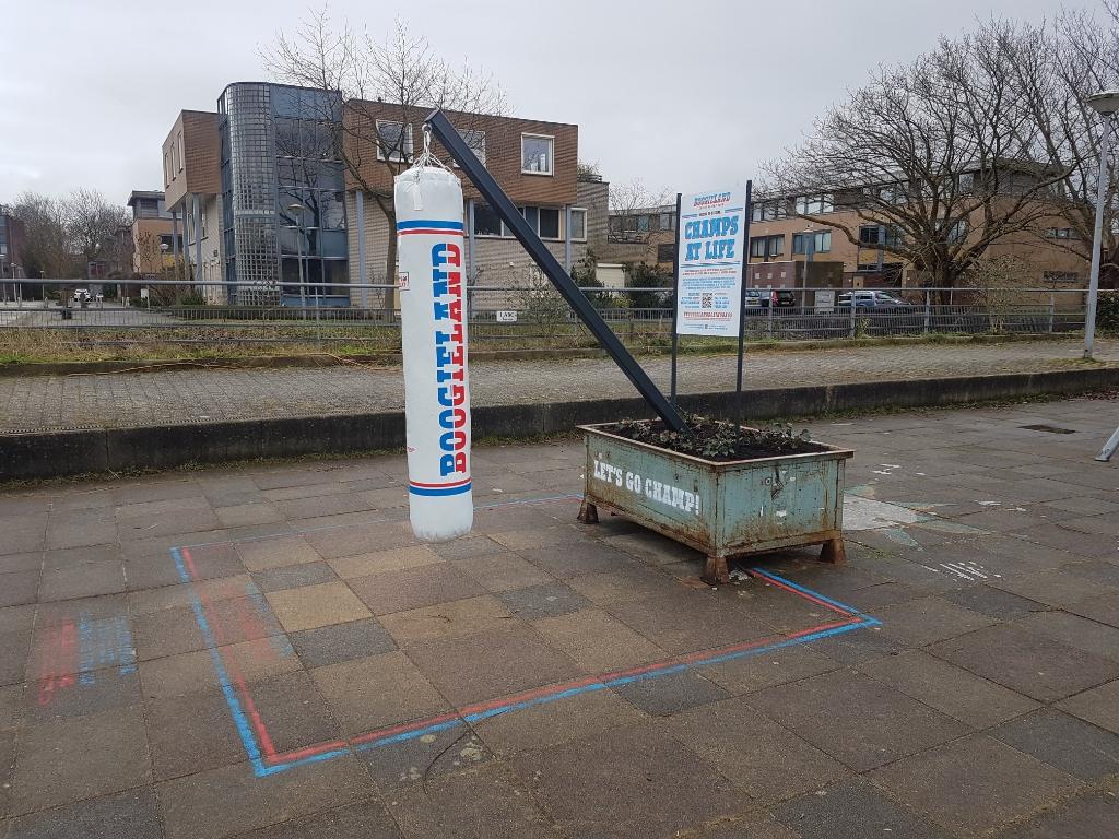 <p>Een bokszak op de Bep van Klaverenboulevard is natuurlijk zeer op zijn plaats.</p> <p>(Foto: aangeleverd)</p> © rodi