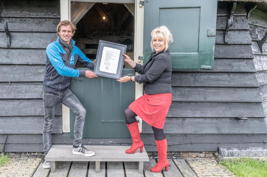 """<p pstyle=""""PLAT"""">Uitreiking certificaat aan de molenaar Pedro Germes van molen de Viaan door bestuurder Klazien Hartog van het Hoogheemraadschap Hollands Noorderkwartier. (Foto: Fred Peerdeman) © rodi"""