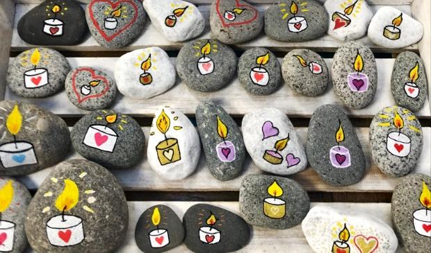 <p>Kaarsstenen, gemaakt door onder andere de leden van de Facebookgroep Happy Stones.</p>