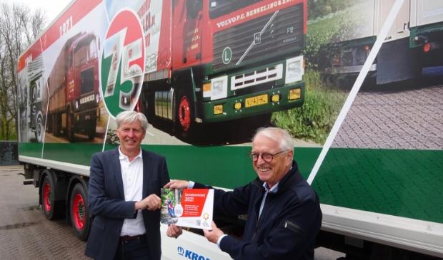 <p>Peter Besseling (l.) en Peter van Staveren voor de jubileumtruck. </p>