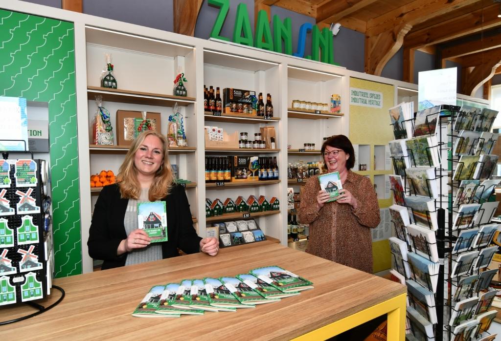 Bij Zaanstore manager Miranda Nijman (links) en medewerkster Ingrid Keasberry is ook de nieuwe Stadswandeling Zaandam verkrijgbaar.  (Archieffoto: Dirk Karten) © rodi