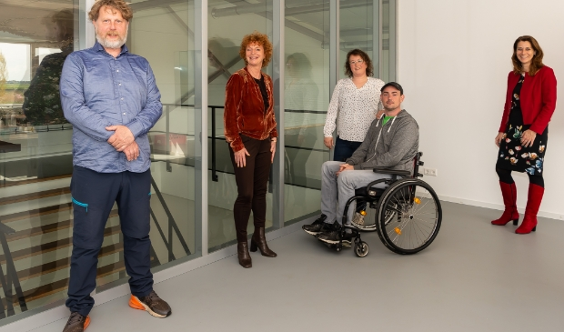 <p>Jerry Huizinga geflankeerd door Jean Marc ter Riet, Marika Pruis, zijn vrouw Anne en Rachel Hayhoe.&nbsp;</p>