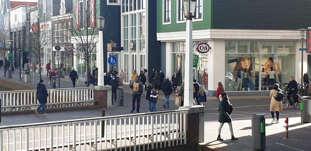 Winkelen anno 2021: met je mondkapje op wachten voor de deur tot je naar binnen mag. De lockdown maatregelen zorgen voor nieuw koopgedrag waarbij de aankoop - al dan niet gedwongen- naar online bestellen verschuift. (Foto: Dirk Karten) © rodi