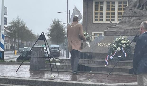 Burgemeester de Boer bij het monument op de Vijfsprong.