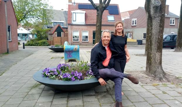 <p>Stefan en Michela Blok bij een van de drie plantenbakken die zij verzorgen aan de Duinstraat</p>