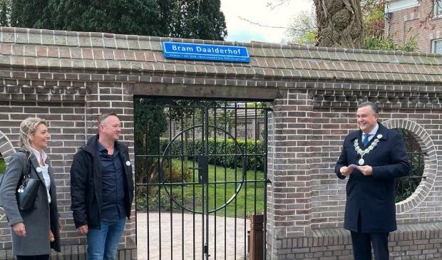 <p>Links Dani&euml;lle en Eric Daalder, nicht en neef van Bram. Rechts burgemeester Roemer (foto: Dave van Aken) </p>