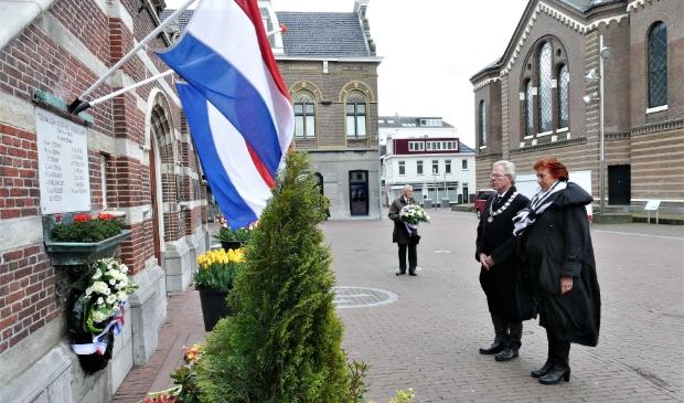 <p>Don Bijl, zijn vrouw en op de achtergrond Dick Blokker houden stil bij het monument op de Kaasmarkt.&nbsp;</p> <p>(Foto: Piet Jonker)</p> © rodi