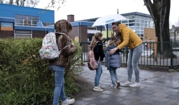 """<p pstyle=""""PLAT"""">Weer of geen weer, schooldirecteur Anita van der Eng verwelkomt iedere dag ouders en kinderen op het schoolplein.</p>"""