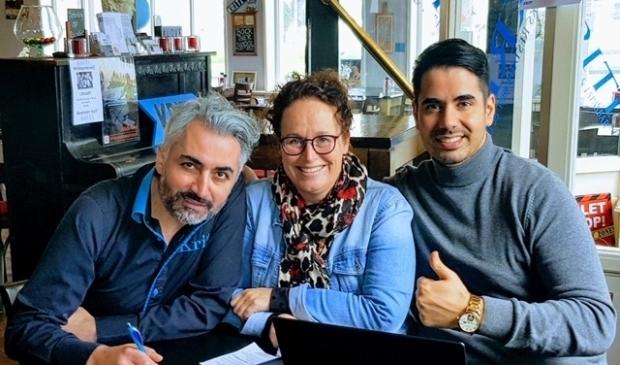<p>Marieke Zwart geflankeerd door Erol (links) en Karem van Kriti.</p>