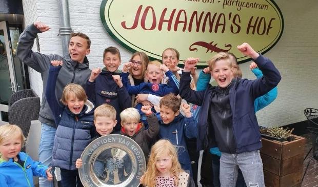 <p>Jonge bezoekers op de foto gezet met de Landskampioenschapsschaal van Ajax.</p>