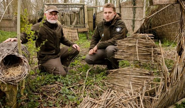 <p>Herman Rasch en boswachter Erwin Schellinger bij vervallen schermen.&nbsp;</p>