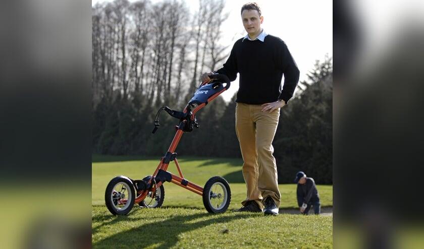 Kevin Kimberley vijftien jaar geleden met de allereerste versie van de befaamde Clicgear trolley. ,,Het ontwikkelen van die trolley heeft een enorme impact op ons leven gehad.''