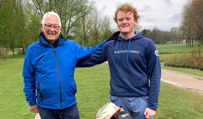 Sander van Dijk met zijn opa. ,,Mijn opa is een top opa. Hij speelt nog steeds twee, drie keer in de week op de Heemskerkse.''