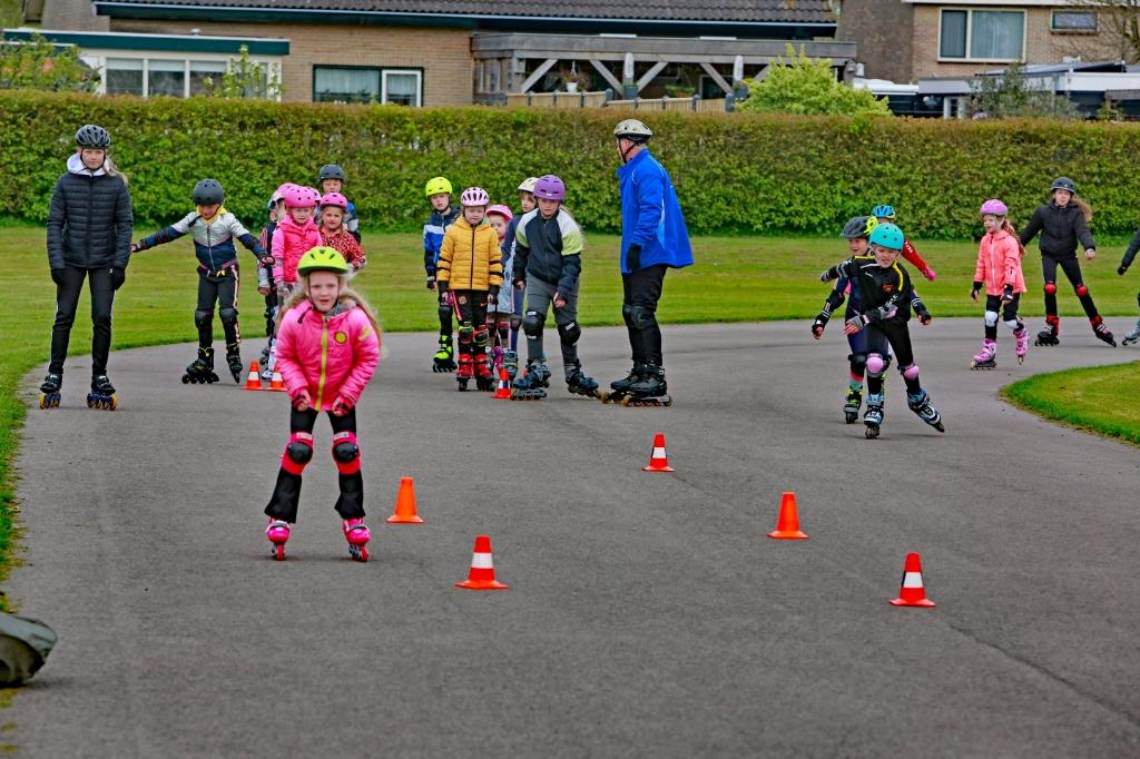 De kinderen beleefden veel plezier tijdens de skeelertraining. (Foto: Theo Annes) © rodi