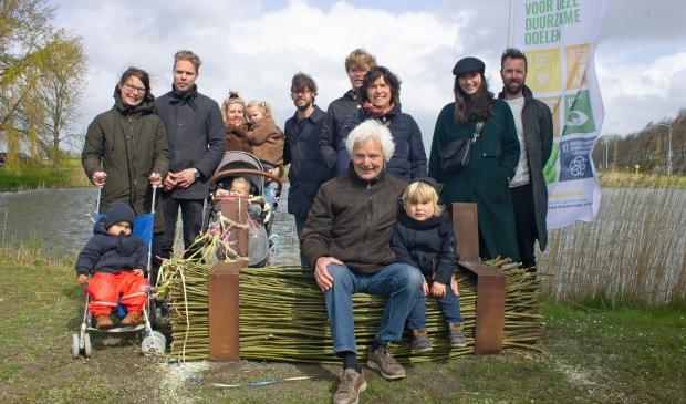 <p>Drie generaties Balder op de Karel Balderbank.</p>