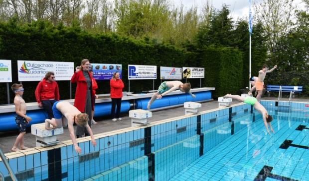 <p>Wethouder Simone Visser-Botman telt af voor de kinderen de eerste duik nemen in zwembad &rsquo;t Hemmerven. </p>