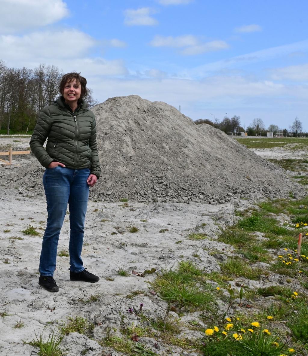 Annemieke gelukkig op eigen stukje grond. Foto: Aangeleverd © rodi