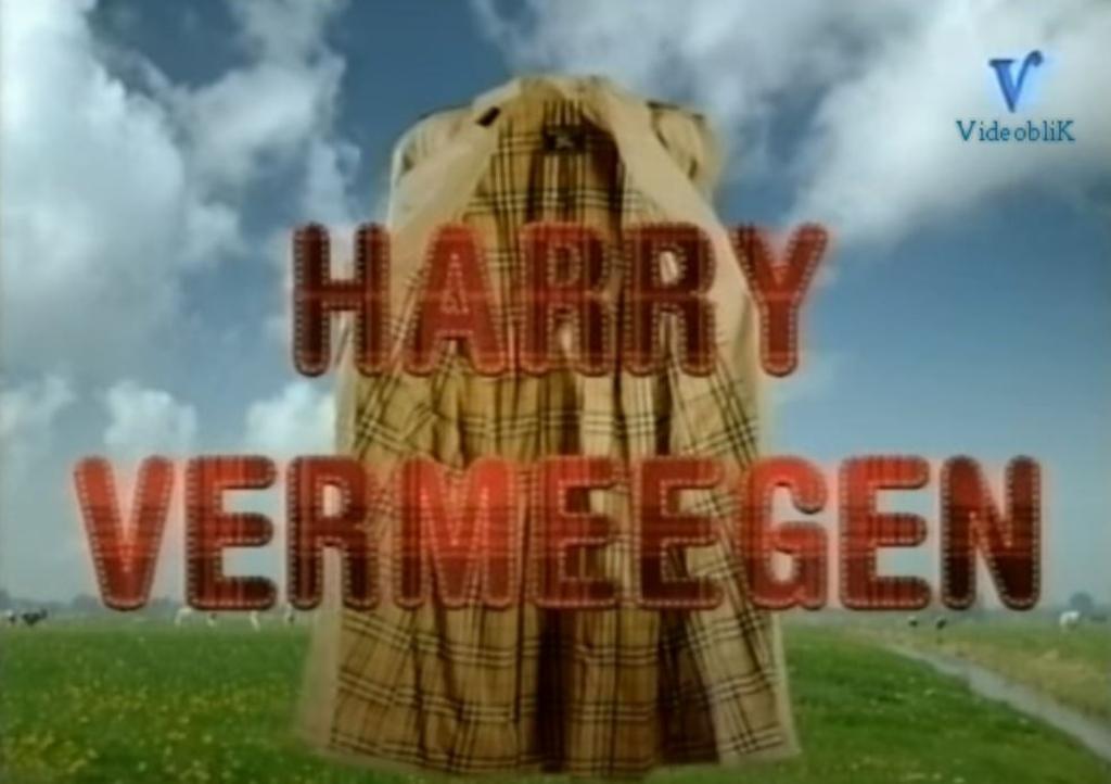 De bekende regenjas van Harry Vermeegen. (Foto:Still van Youtube) © rodi