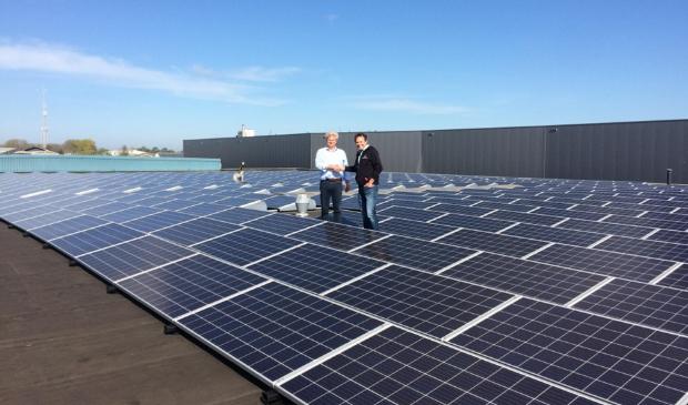<p>Op de daken liggen 1.200 zonnepanelen.</p>